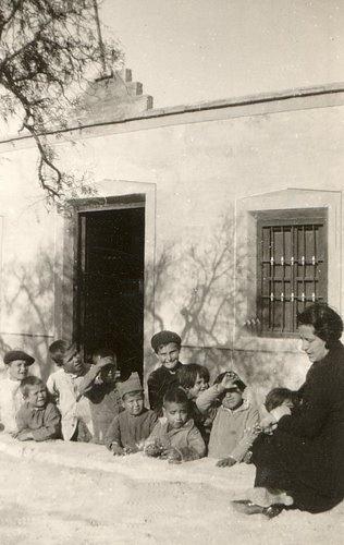 Carmen Conde con sus alumnos en la Escuela de párvulos de El Retén (Cartagena), 8 de enero de 1934.