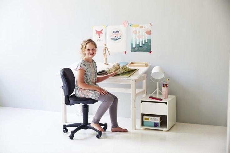 Stil scandinav, aerisit si curat pentru biroul copiilor | Scaun ergonomic junior FLEXA negru si birou cu rotile FLEXA