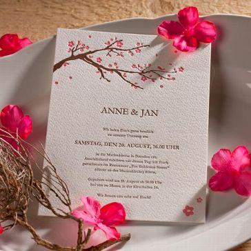 Einladungskarte mit hochwertigem Letterpress, sowohl Motiv - brauner Ast mit rosa Kirschblüten - als auch Text sind in das Papier eingeprägt