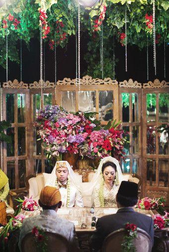 Traditional Sundanese Wedding With A Magical Indoor Garden | http://www.bridestory.com/blog/traditional-sundanese-wedding-with-a-magical-indoor-garden