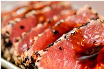 Receita Dedo de Moça: Atum com crosta de gergelim e molho oriental