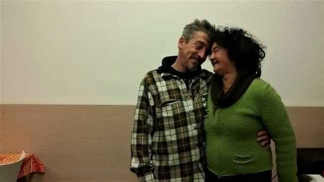 """Clochard in coppia, intervista: """"Ecco la nostra vita senza certezze"""" Ecco la nostra intervista a Maria e Robertino, due senzatetto di Como che, dal 2005, si fanno forza l'uno con l'altra, mano nella mano, attraversando le difficoltà che la vita ha messo loro in faccia #clochard #senzatetto #como"""