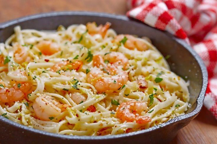 Ingrédients 125 g de spaghetti ou de fettuccini 500 g de petites crevettes 6 cuillères à soupe de beurre, divisé 2 gousses d'ail, hachées 2 cuillères à soupe de vin blanc 1/2 c. à thé de basilic 1/2 cuillère à soupe de zeste de citron Jus d'un demi-citron 1 cuillère à soupe de persil frais,