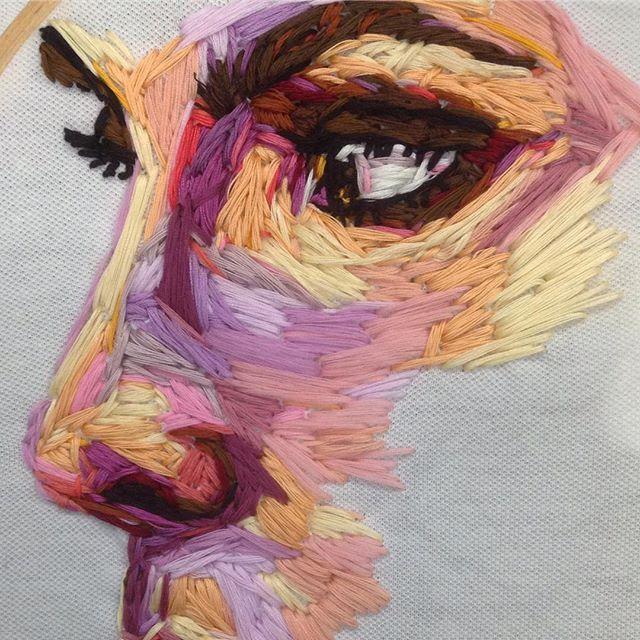 Gesicht sticken mit pastellgelb, pfirsich, rosa und braun – das sieht einfach toll aus. l #sticken #gesichtsticken