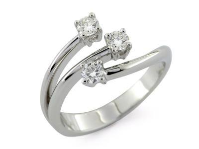 Anello trilogy linea moderna in oro bianco 18 kt con diamanti incastonati a 4 griffe  #trilogy #anellotrilogy #love #fidanzamento #amore #sorelleronco #jewels #jewellery #sale