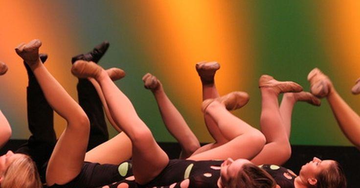 Como dar chutes altos. Grupos de dança escolares são conhecidos pela altura dos chutes. Para aperfeiçoar um chute alto, você precisa praticar. Com flexibilidade e a técnica correta, você pode aprender a dar chutes altos.