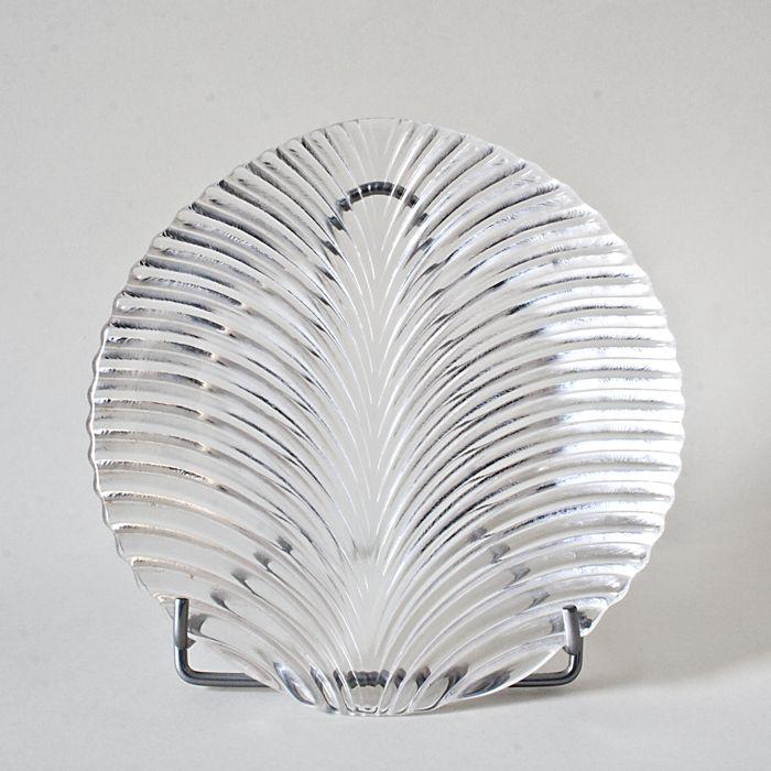 Masywny, szklany talerz, ze zdobieniem o grubej fakturze. Pochodzenie nieznane.  #vintage #vintagefinds #vintageshop #forsale #design #midcentury #midcenturymodern #leaf #plate