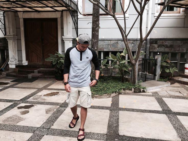 Mau cuaca panas, mau cuaca dingin tetap gas untuk hangout sob! In Frame : Tadelesh Ilham Wearing 515 Reglan Series : Long Sleeve Misty Black