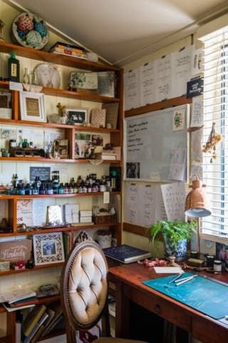 A calligrapher has created a cozy home in the country thanks to family heirlooms, vintage finds and lovely sense of style.