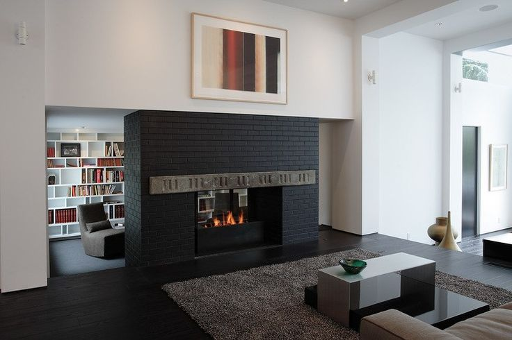 Descubre la elegante reforma de esta casa de mediados de siglo #hometour #reforma #arquitectura #SKB #RockyRochonDesing #vivienda #casa #moderna #diseño #Chimenea