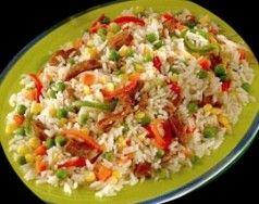 Receta Ensalada de arroz con vegetales, jamón y atún - Arroz, atún, pimiento rojo y verde, choclo, jamón, arvejas, cebolla, zanahoria