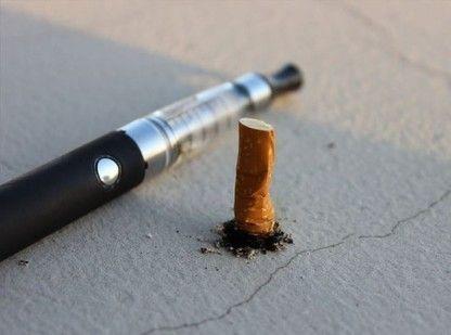 Rauch und Dampf machen den Unterschied    Beim Verbrennen einer normalen Zigarette entsteht Rauch. In diesem sind rund 4.800 Chemikalien enthalten wovon 90 nachweißlich krebserregend sind. Dazu zählen vor allem Arsen, Blei, Cadmium, Formaldehyd, Benzol und Nitrosamine. Neben diesen Substanzen enthält der Rauch einer normalen Zigarette auch mindestens 250 giftige Inhaltsstoffe wie beispielsweise Blausäure. Die meisten dieser Stoffe entstehen bei dem Verbrennungsprozess der Zigarette, wenn zum…