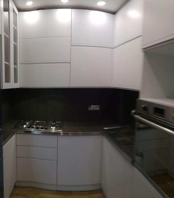 Cucina su misura vicino navigli con tre pilastri interni,laccata ...