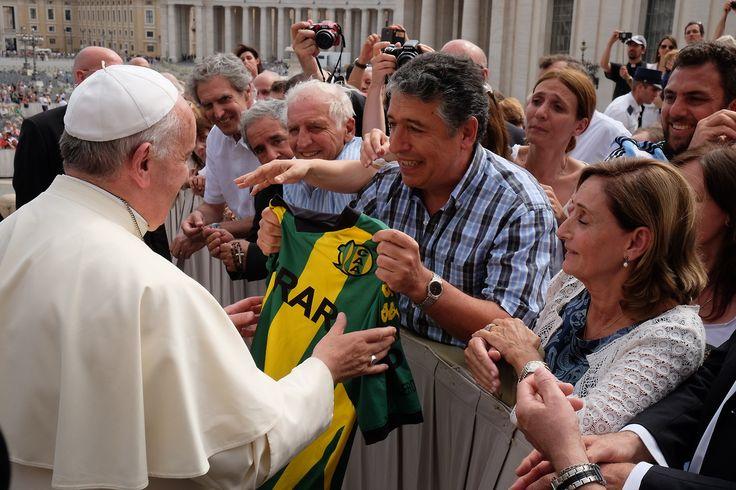 Aldosivi de Mar del Plata, la camiseta que le faltaba al Papa. Roberto Luzardi, periodista marplatense, le entrega a Francisco la camiseta de Aldosivi, durante la recorridahabitual que hace el Papalos miércoles por la Plaza San Pedro, en Roma, el 18 de septiembre de 2014.