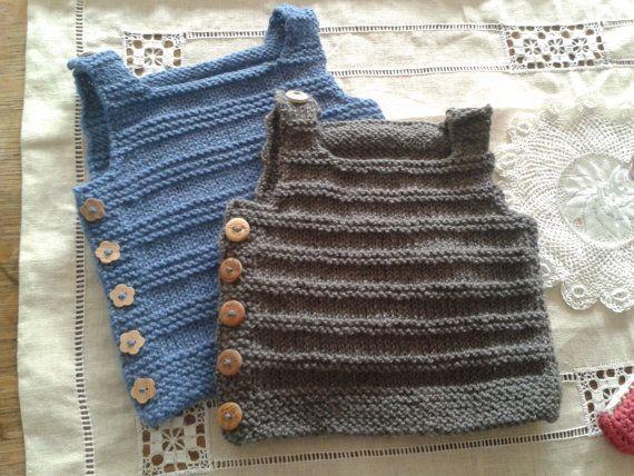 Mooie baby vestje kan voor een meisje of een jongen.    Materiaal: zachte biologische merino wol.  Kleur: zacht leisteenblauw  Maat: +/- 0-3 maanden