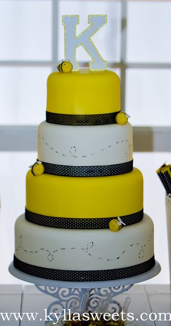 Bumble Bee cake ~~~~~~~~~~~ bolo abelhinha by Kyllasweets, via Flickr