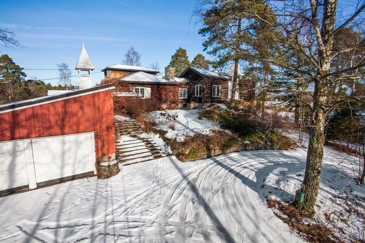 (1) FINN – NESØYA - Magnus Poulssons villa Herrodd - Dobbel garasje - Sjøen inn i stuen - Egen brygge + andel felles brygge og strandareal - Eiet tomt på 4,5 mål - Idyllisk eiendom med vakre bygningsmessige detaljer - Store stuer, stort spisekjøkken, flere ildsteder