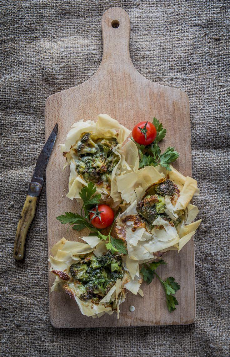 Réteskosárka - brokkolival és kéksajttal töltve | A cuki elnevezés egy rétesbe rejtett vitaminbombát takar, ami csak arra vár, hogy téged is felrázzon. A brokkoli magas  béta-karotin és C-vitamin tartalmú növény, jellegzetes ízéhez pedig dukál a sajt, a fokhagyma és a fehérbor is. Ezúttal kéksajttal párosítjuk, ami egy határozottan erős, sós ízű sajt.