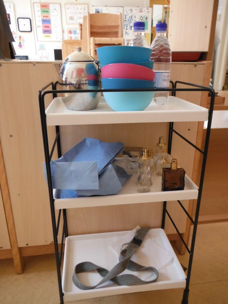 oude trolley met parfumflesjes en zakjes, koffiepotje en flesjes water om uit te schenken in het vliegtuig.