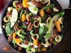 Ensalada de espinaca mandarina, manzana, nueces y arándanos