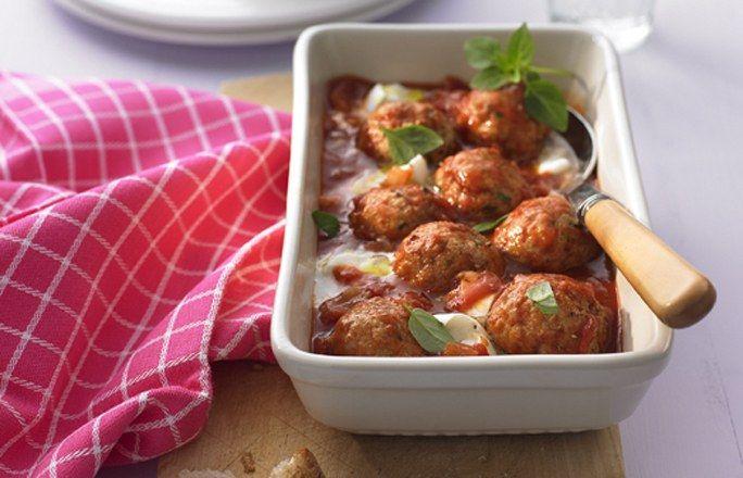 Putenbällchen in Tomatensauce mit Mozzarella - Die 10 besten Hackfleisch-Rezepte für jeden Tag - Zutaten für 4 Portionen: - 500 g Putenhackfleisch - 50 g Crème fraîche - 1 EL Ketchup - 1 Ei - 2 EL Paniermehl - 2 EL gehackte Petersilie - Salz und Pfeffer aus der Mühle - 2 EL Olivenöl - 1 Zwiebel - 1 Knoblauchzehe...