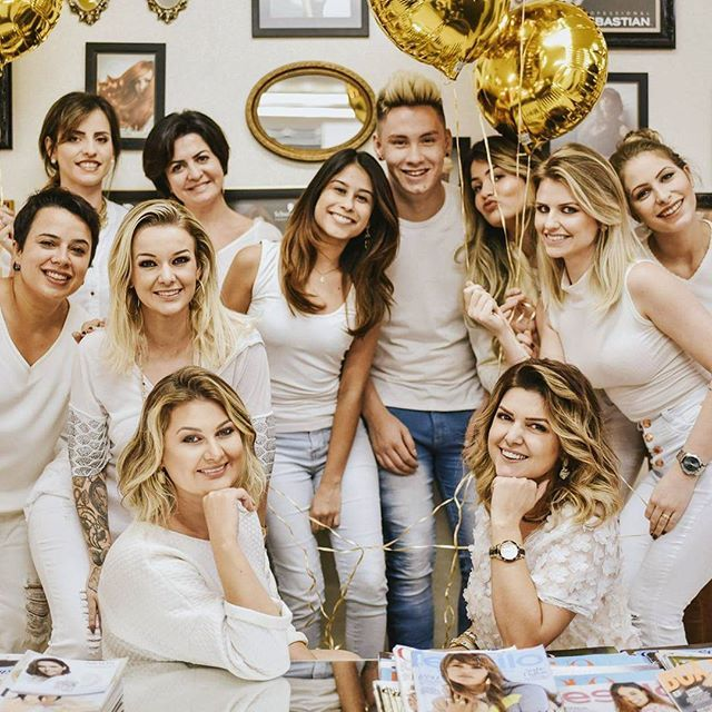 The stylists of Leila e Gisele! My blog post is up! Go check it out to see more photos, about the salon and the VIP event. Brazilianflare.com link in bio ⬆  #somosleilaegisele #leilaegisele10anos #oilreflections #amorwella #fashionblogger #hair #hairinspo #moda #cabelo #style #styleblogger #review #like #beauty #chic #prestige #bliss #Brazil #blogger #blog #celebrate #photography #photooftheday @leilaegisele @leila_leilaegisele @gisele_leilaegisele @grasi_leilaegisele @regi_leilaegisele…