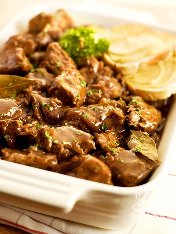 Beef stew beer and mustard - Tipica della tradizione del Nord Europa, questa ricetta ha un gusto inusuale che si sposa benissimo con i freddi dell'inverno, o con le piogge autunnali. #spezzatinoallabirra