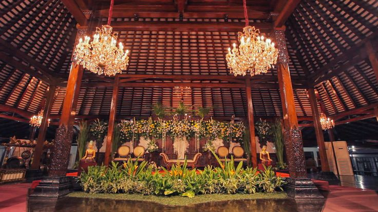 Pelaminan #wedding #weddingvenue #gebyok #javanish #Joglo #gardenparty #party #bride #groom #flower #gold