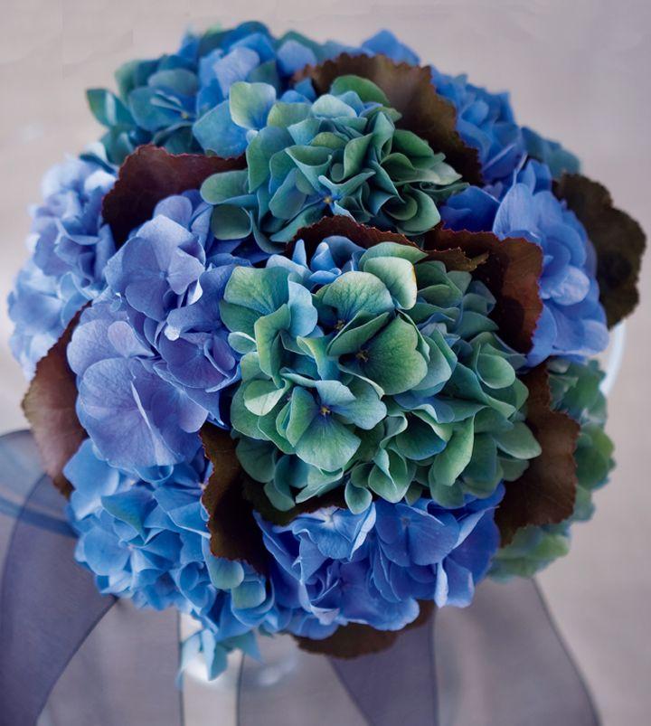 ブルーの濃淡が美しいアジサイのブーケ