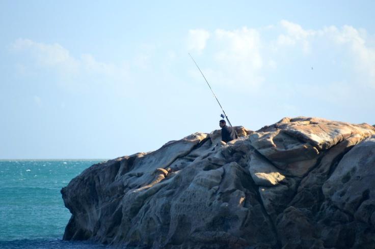 Las formaciones rocosas ofrecen el lugar ideal para una jornada de pesca en Sabinillas.
