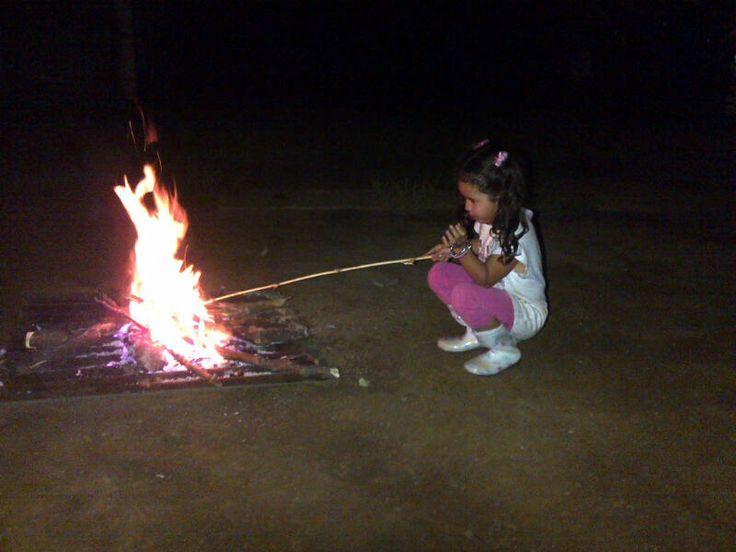 Cristina and her campfire, finca Santa Cruz, Salcoatitán, Sonsonate.