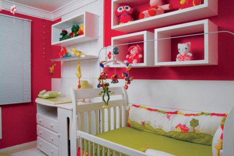 No quarto da menina, as paredes rosas são o destaque. Os nichos abrigam os brinquedos e bichinhos de pelúcia, que seguem o mesmo tom da tinta. O quarto, de 13,4 m², foi projetado pela designer de interiores Maura Fritzen.