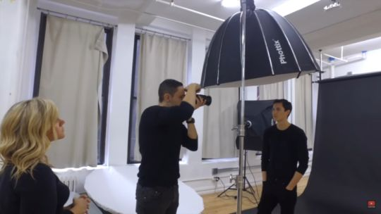 Cómo Hacer retratos de Impresión Usando Solo Una Fuente de luz Cenital -   Fotografía de retratos con una sola luz.  Hacer una imagen suave y dramática no requiere de un esquema muy complicado ni de un montón de equipo. En el corto que sigue a continuación el fotografo Jeff Rojas nos enseña cómo se consigue de manera minimalista. Lo único que el usa para crear estos precios y dramáticos retratos es una luz colocada por encima del modelo.  Equipo  Esto es lo que Jeff usa:  Flash de estudio…