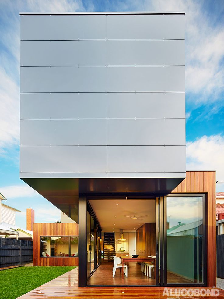 Designed with imagination, urban planning and passive design, this home in Northcote redefines the concept of the modern family home. The treatment of the front façade involves a combination of spotted gum cladding on the first floor and ALUCOBOND® cladding on the second, creating the illusion that the upper level is intersecting a timber fence.