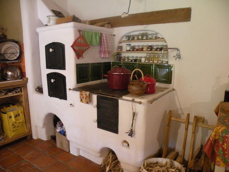 Omítaný sporák jako centrum kuchyně s možností ohřívat TUV přes klapku. (kliknutímpřejdetenadalšípoložkugalerie)