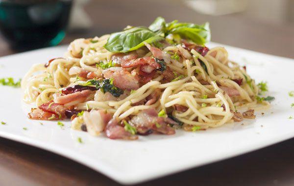 Deze heerlijke spaghetti carbonara heb ik vroeger eens gegeten in een bistro. Van de eigenaar heb ik het recept gekregen waar we dan ook heel gelukkig mee zijn. Eet je glutenvrij? Gebruik dan glutenvrije producten.