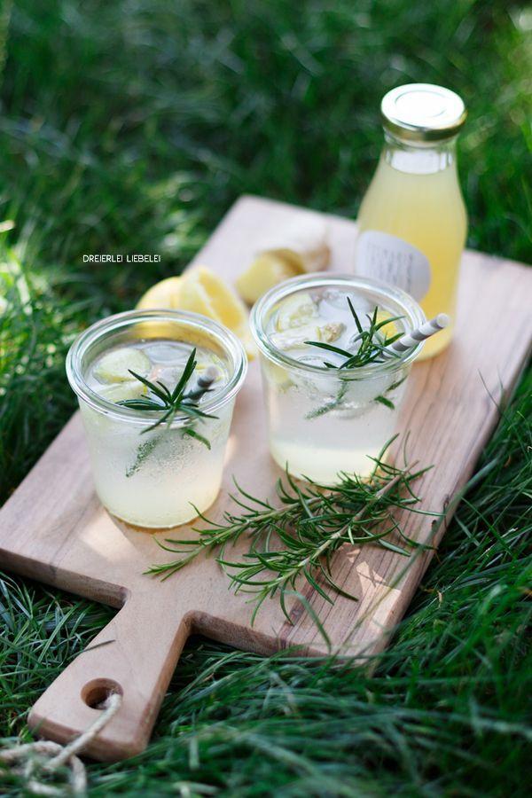 Hier findet ihr ein Rezept für selbstgemachte Limonade mit Ingwer, Rosmarin und Zitrone. Sehr lecker, sommerlich, erfrischend und einfach!
