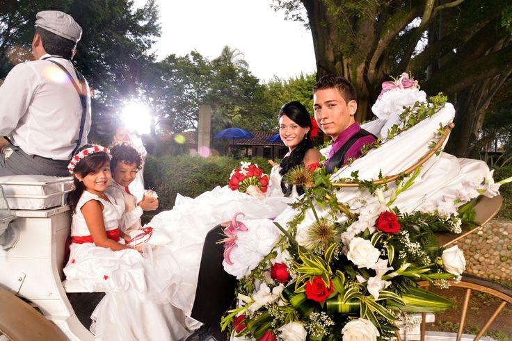 Nada mas romántico que la novia llegue en un carruaje de caballos. #FotografosBodasCali