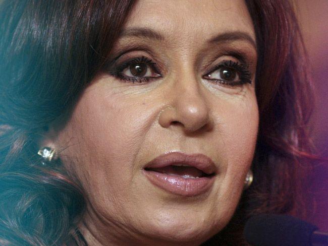 Un juez procesó a Cristina Kirchner por cargos de corrupción que involucran obras públicas y ordenó congelar millones de dólares de sus activos