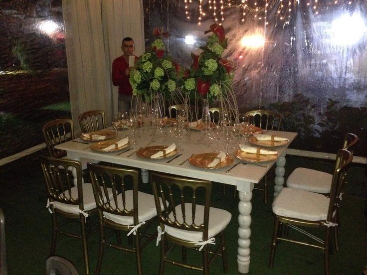Silla Versalles dorada, mesa blanca en decape, platos base dorados, cristaleria y nuestros delicados jarrones para arreglos crean un evento sofisticado y unico.