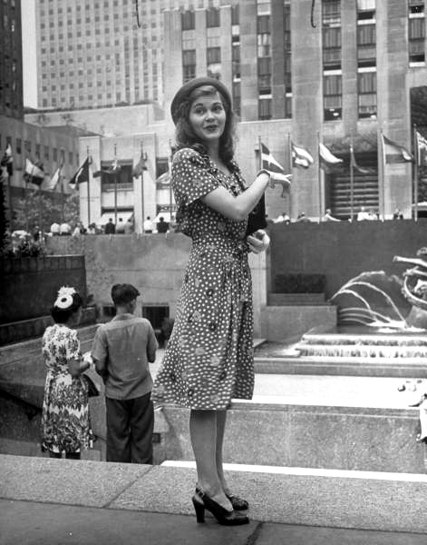 Girl at Rockefeller Center, photographed by Alfred Eisenstadt for Life magazine, 1944