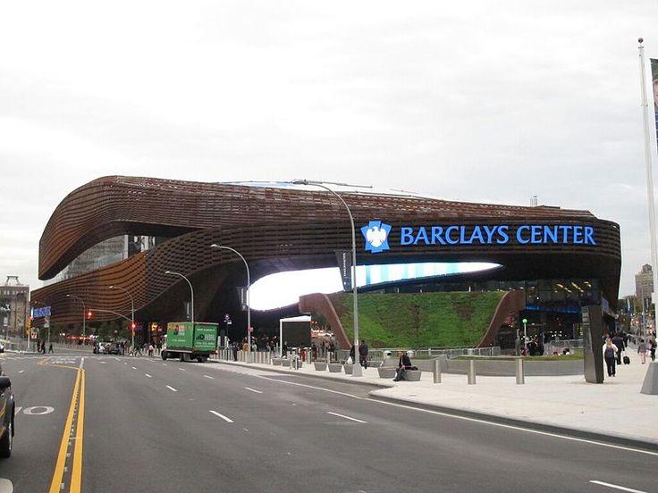 Barclays Center Pour le hockey, elle accueillera les Islanders de New York à partir de la saison 2015-2016. La capacité maximale pour le hockey est de 15 795 places, ce qui en fera la deuxième plus petite enceinte de la Ligue nationale de hockey, juste après le domicile des Jets de Winnipeg, le MTS Centre avec ses 15 294 places.