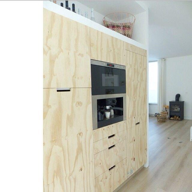 Maderas crudas como el plywood o contrachapado se usan hoy en día para mobiliario para dar un toque natural, industrial y contemporáneo.