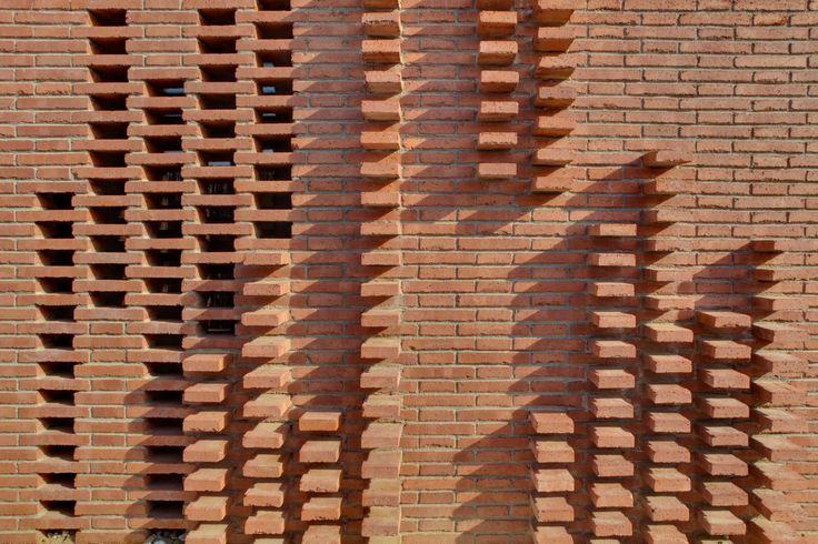 Casa unifamiliar en Alpicat (Lleida). Proyecto de 2009 en colaboración con Carles Enrich. Fachada de ladrillo.