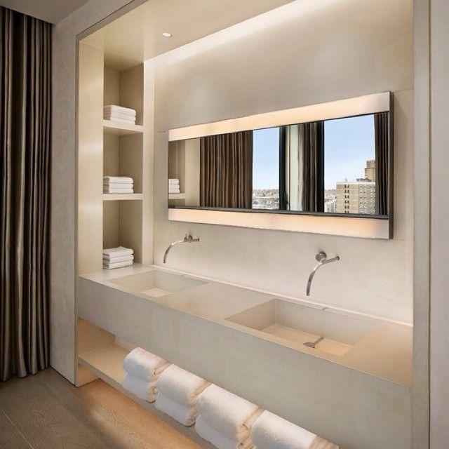 Вокруг зеркала в ванной  #зеркало #подсветка #ниши #полки #дизайн #стиль #минимализм #прямыелинии #ванна #2раковины #полотенца #серый #тон #декор #свет #штора #kashtanovacom #interior #санузел #идея #вдохновение
