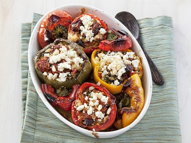 Mediterraner Genuss aus dem Ofen: Gefüllte Paprika mit Couscous, Oliven und Schafskäse | http://eatsmarter.de/rezepte/gefuellte-paprika-mit-couscous-oliven-und-schafskaese