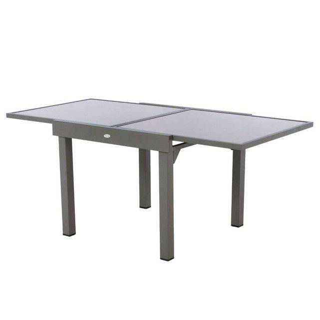 La table extensible Piazza est en aluminium traité époxy et en verre trempé, de couleur Taupe Mastic. Extensible, elle est très pratique pour les petits espaces. Mesurant de 90 à 180 cm, elle convient pour 4 à 8 personnes. avec système de rallonges papillon. Dimensions : L.90/180 x P.90 x H.75 cm. Garantie 2 ans