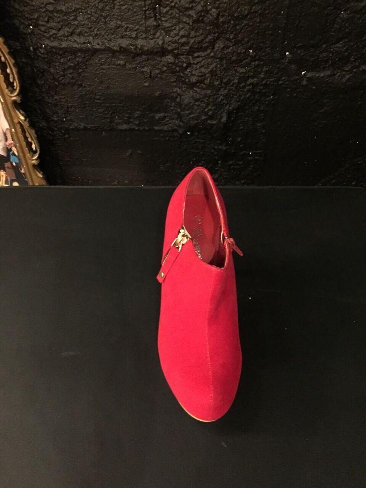 Tronchetto rosso con cinturino laterale oro di B come Bellezza #Roma #shopping #bcomebellezza #fashion #scarpe