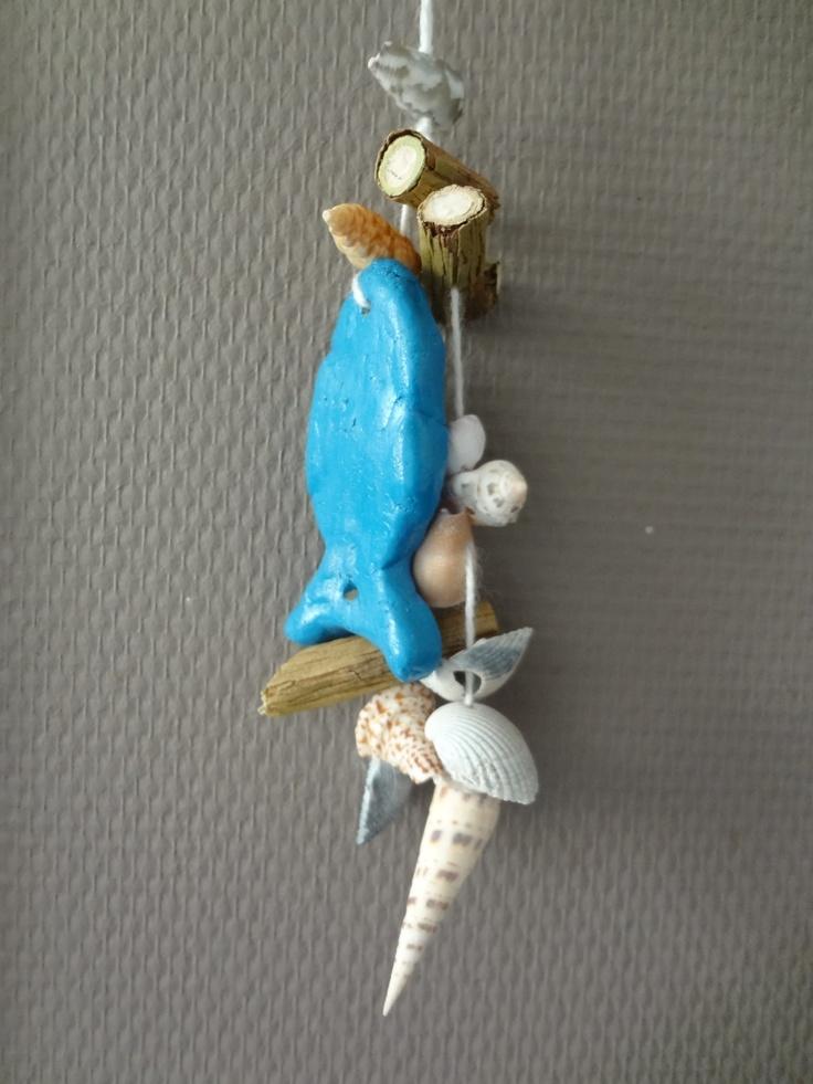 Schelpen hanger met brooddeeg visje. Shells hanger with saltdough fish.