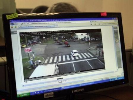 A partir de esta semana, la Policía Metropolitana de Cali tiene acceso a la visualización y monitoreo en tiempo real de las cámaras de fotodetección de infracciones conocidas como 'fotomultas', instaladas en 36 puntos de la ciudad, mediante la tecnología de video 'streaming'.  Con esta medida, la Administración Municipal, a través de la Secretaría de Tránsito y Transporte Municipal hace una contribución al reforzamiento de la seguridad en las intersecciones viales de la ciudad.
